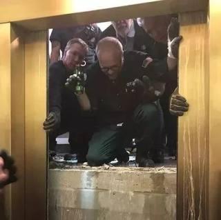 【惊魂】着名景点大楼电梯瞬间坠落84层! 乘客尖叫哭成一片