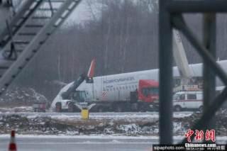 俄载202人客机发动机空中起火迫降 竟无一人受伤